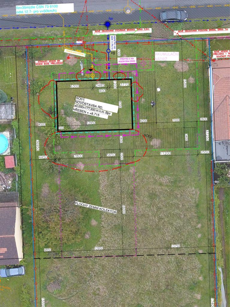 Fotka pozemku z dronu + situace